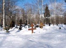 Cementerio suburbano en invierno Imágenes de archivo libres de regalías