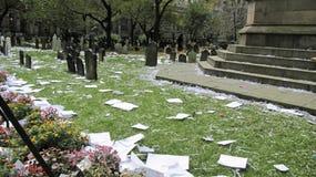 Cementerio sucio después del desfile de los yanquis imagenes de archivo