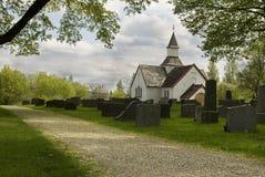Cementerio viejo con la iglesia blanca Fotografía de archivo libre de regalías