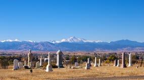 Cementerio viejo con la vista de montañas fotografía de archivo libre de regalías