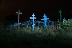 Cementerio viejo en el campo en la noche Fotografía de archivo libre de regalías