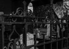 Cementerio viejo a través de las puertas del hierro Fotos de archivo
