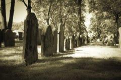 Cementerios viejos - fila de piedras sepulcrales Imagen de archivo libre de regalías