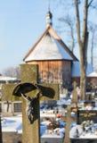 Cementery с надгробными плитами и крестами, Стоковая Фотография