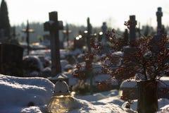 Cementery с надгробными плитами и крестами, Стоковое Фото