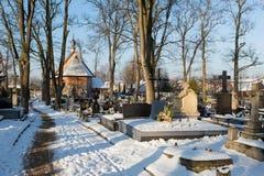 Cementery с надгробными плитами и крестами, Стоковые Фотографии RF