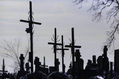 Cementery с надгробными плитами и крестами, Стоковые Изображения RF