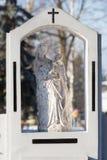 Cementery с надгробными плитами и крестами, Стоковые Фото