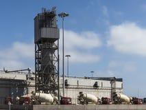Cementfabriek en Vrachtwagens Royalty-vrije Stock Afbeelding