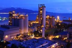 Cementfabrik på natten Royaltyfri Foto