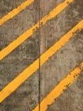 Cementgolv med den gula stipen Royaltyfria Foton