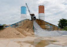 Cementi la fabbrica una torre all'aperto del cemento del miscelatore in Tailandia Fotografia Stock