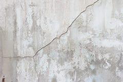 Cementi la parete con le crepe ed allenti i pezzi di struttura sporca della pittura Immagine Stock Libera da Diritti