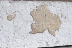 Cementi la parete con le crepe ed allenti i pezzi di struttura sporca della pittura fotografia stock