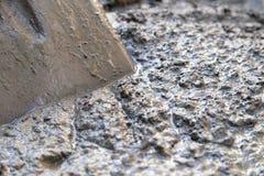 Cementlösning med en skyffel Arkivfoto