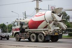 Cementlastbil av INSEE-betongföretaget Arkivfoton