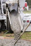 Cementlastbilen häller Royaltyfria Foton