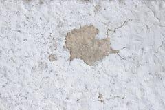Cementmuur met barsten, en losse stukken van verf vuile textuur stock afbeelding