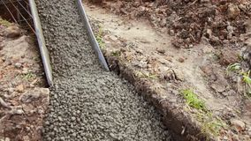 Cemento actual, llenando la fundación de una casa residencial metrajes