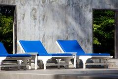 Cemento bianco di grey dello stagno della sedia di spiaggia Fotografie Stock Libere da Diritti