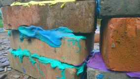 Cemento coloreado entre los ladrillos del edificio imagen de archivo