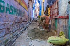 Cemento de mezcla de la mujer en Jodhpur Fotografía de archivo libre de regalías
