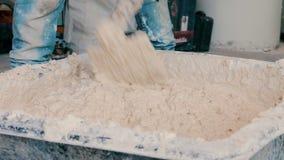 Cemento de mezcla del trabajador de construcción en bandeja almacen de metraje de vídeo