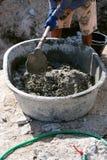 Cemento de mezcla del trabajador de construcción Foto de archivo