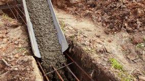 Cemento di versamento sul fondamento del cottage durante la costruzione archivi video