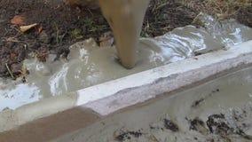 Cementować krawężniki z ciekłym moździerzem zbiory wideo