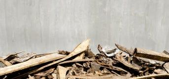 Cementowa ściana i świstki drewniany przedpole obrazy royalty free