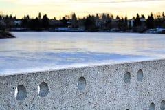 Cementowa ściana przy Beaumaris Jeziorny Edmonton podczas zimy zdjęcie stock