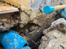 Cementowa podłoga załamywał się wydrążenia PVC drymbę w wydrążeniu podłoga i zobaczył pod fotografia royalty free