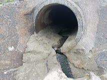 Cementowa rozładowanie drymba z mokrym piaskiem i zieleń szlamem zdjęcie royalty free