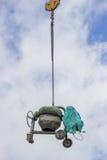 Cementowego melanżeru maszynowy udźwig żurawiem Fotografia Royalty Free