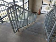 Cementowi schodki lub kroki z poręczem i pomarańcze konusują obraz royalty free