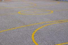 cementowy boisko do koszykówki z żółtymi farb liniami f obraz stock