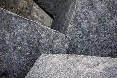 Cementowy sześcian plenerowy w słońcu produkujący cień Popielaty tło budowa abstrakcyjna Cementowi bloks Kubiczny projekt zdjęcie stock