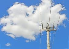 Cementowy władza słup i trzy elektryczności linii w chmurnym niebieskim niebie obrazy stock