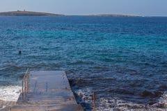 Cementpijler en blauwe overzees Stock Afbeelding