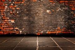 Cementpleister op rode baksteenstructuur van de muren om het beneden en cementbevloering te houden. stock afbeelding