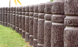 Cementpol i trä som i kurvlinje Royaltyfri Fotografi