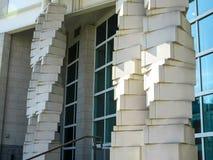 Cementtegelstenpelare som planläggs i geometriska modeller i Front Of An Architectural Building royaltyfria foton