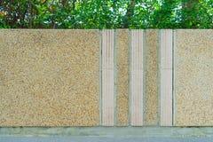 Cementvägg i trädgården Arkivbild