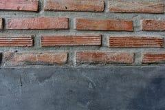 Cementvägg med röd tegelsten royaltyfri foto