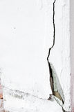 cementvägg med sprickan Arkivfoto