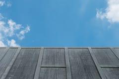 Cementvägg på himmel Arkivbild