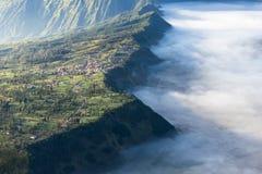 Cemero Lawang wioska w ranku z morzem mgła, Bromo góra Obraz Royalty Free