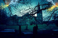 Cemitério assustador da igreja com curto circuitos imagens de stock