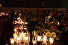Cemitério - cemitérios iluminados por luzes da vela Fotos de Stock Royalty Free